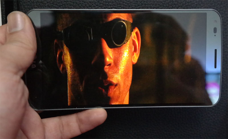 lg-g-flex-dans la main regardant une video